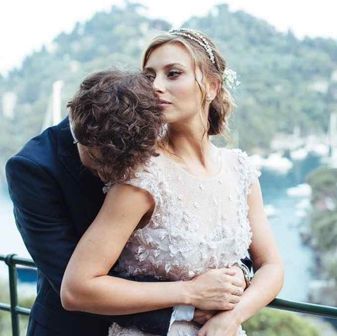 Actress Aly Michalka Shows Off Wedding Dress on Instagram ... Emma Stone Dating