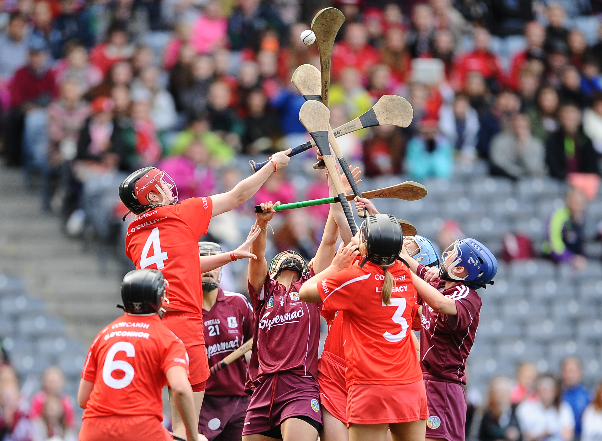REPRO FREE***PRESS RELEASE NO REPRODUCTION FEE*** Liberty Insurance Senior Camogie Championship Final, Croke Park, Dublin 13/9/2015 Cork vs Galway GalwayÕs Molly Dunne contests a dropping ball with Laura Treacy and Leanne O'Sullivan of Cork Mandatory Credit ©INPHO/Tommy Grealy