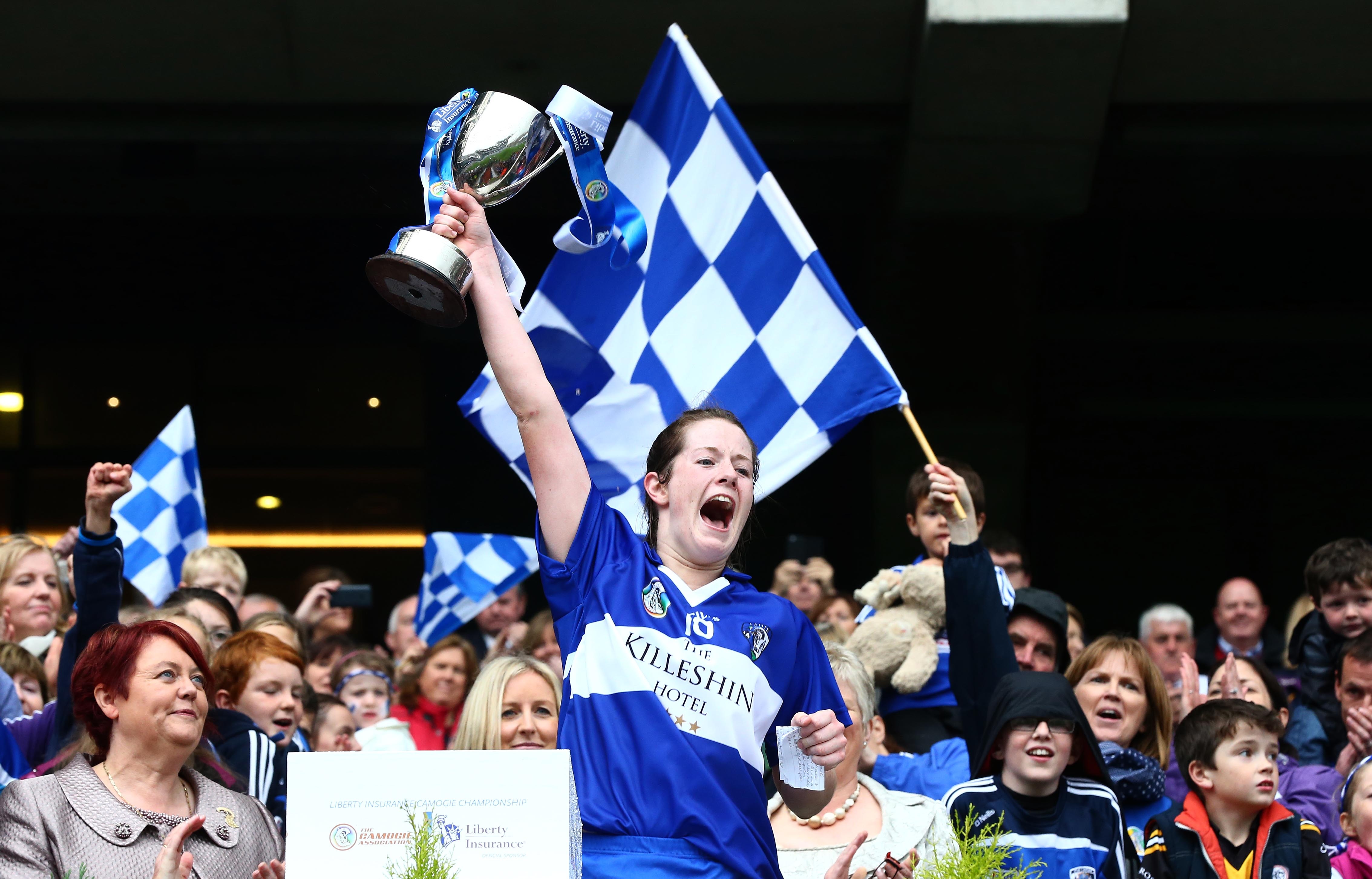 REPRO FREE***PRESS RELEASE NO REPRODUCTION FEE*** Liberty Insurance Premier Junior Camogie Championship Final, Croke Park, Dublin 13/9/2015 Roscommon vs Laois Laois captain Niamh Dollard lifts the cup Mandatory Credit ©INPHO/Cathal Noonan