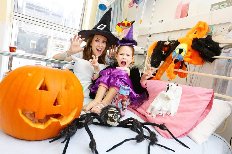 12/10/15*RERELEASED***NO REPRO FEE***Maia Dunphy pictured with Alisa Cirnat aged 5 from Clonee as she launches Trick or Treat for Temple Street New Mum Maia brings the magic of Halloween to Temple Street as she is announced as the 2015 Trick or Treat Ambassador. Maia Dunphy today launched Trick or Treat for Temple Street, proudly supported by MiWadi, with help from some little patients in the busy childrenís hospital. As 2015 ambassador for the Halloween fundraiser, the wickedly funny TV presenter, writer and new mum is encouraging everyone ñ kids, adults, schools and work places  to host a spooky party and help Temple Street. See www.templestreet.ie for more information Pic: Marc O'Sullivan #TOT4TempleStreet