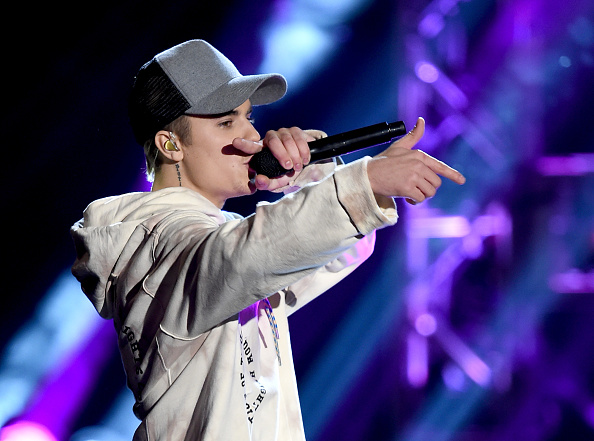 LOS ANGELES, CA - NOVEMBER 22:  Singer Justin Bieber performs onstage during the 2015 American Music Awards at Microsoft Theater on November 22, 2015 in Los Angeles, California.  (Photo by Kevin Winter/Getty Images)