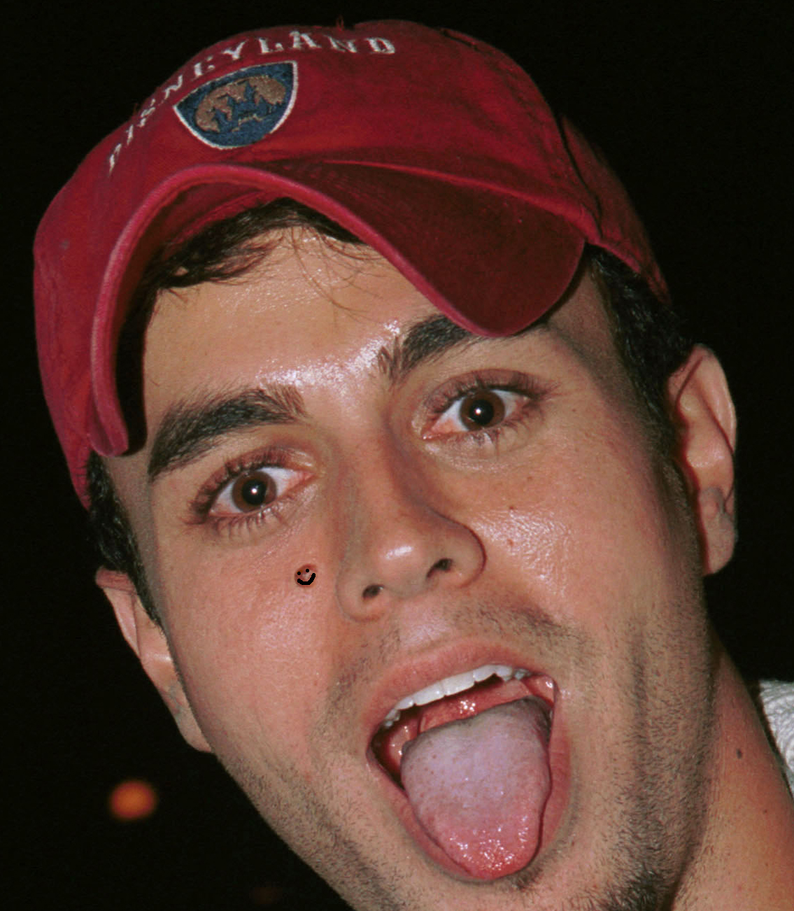 396891 04: Singer Enrique Iglesias poses outside Grand Ville nightclub November 3, 2001 in West Hollywood, CA. (Photo by David Klein/Getty Images)