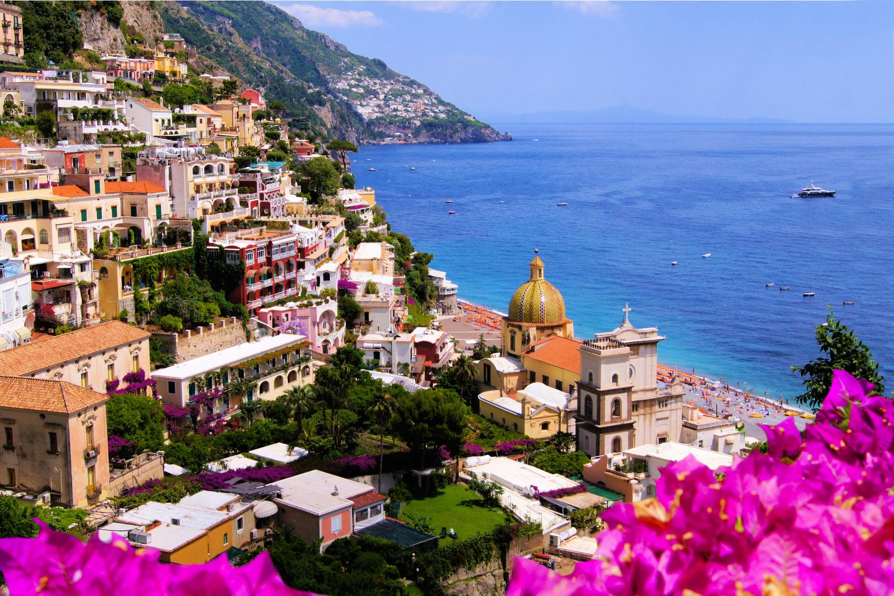 Vue de la ville de Positano avec des fleurs, Côte amalfitaine, Italie; Shutterstock ID 112673795