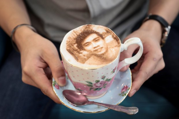 London cafe unveils the 'selfieccino'-self portraits in froth