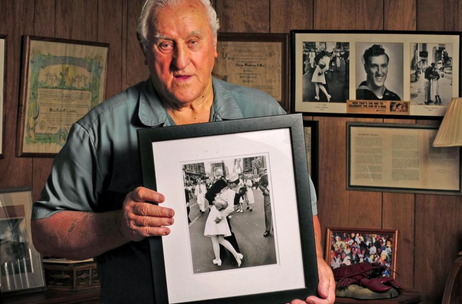 US World War II 'Kissing Sailor' Dies Aged 95